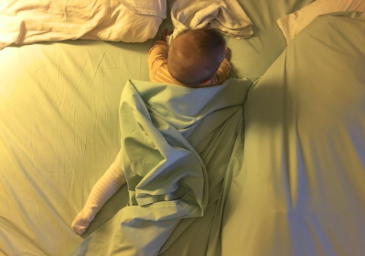 Baby im Hotelbett