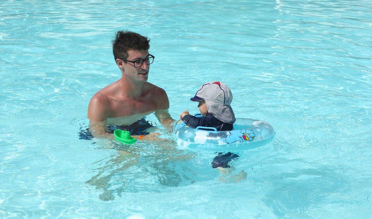 Baby im Pool im Karibik Urlaub mit Kleinkind