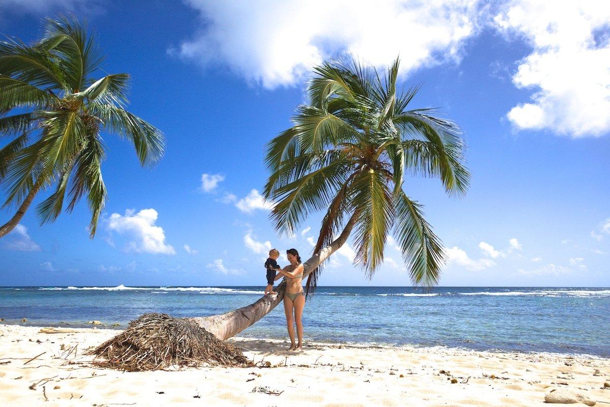 Karibik Traumstrand mit Baby
