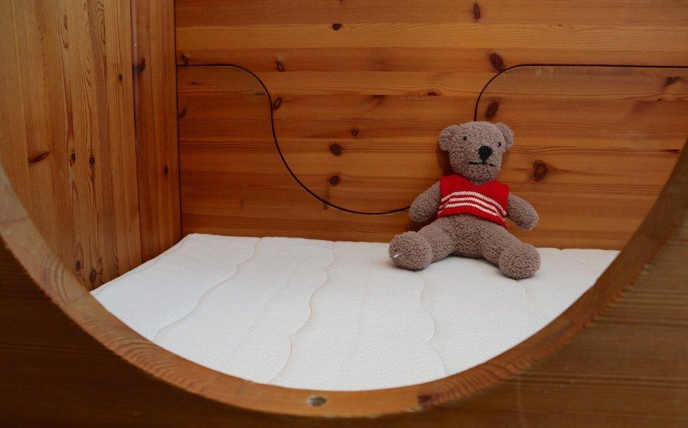 zu hause schl ft es sich am besten babys erstes eigenes bett werbung reise mama. Black Bedroom Furniture Sets. Home Design Ideas