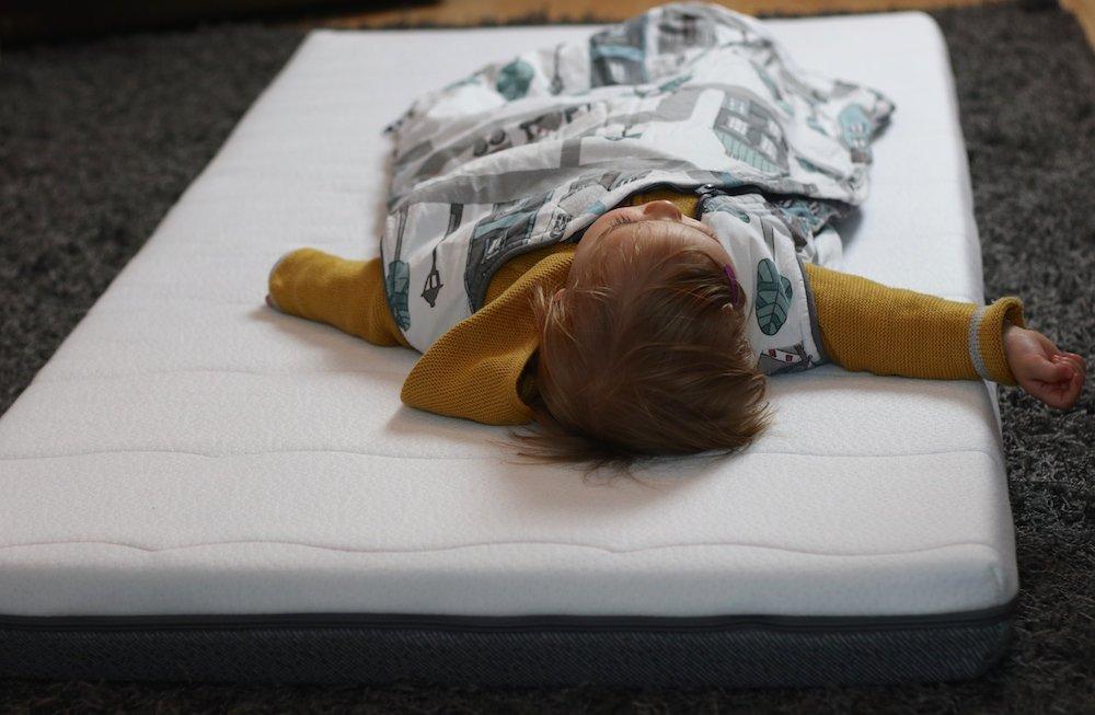 Guter Schlaf in Babys erstem eigenen Bett