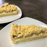 Rhabarberkuchen mit Pudding und Streusel | Rezept