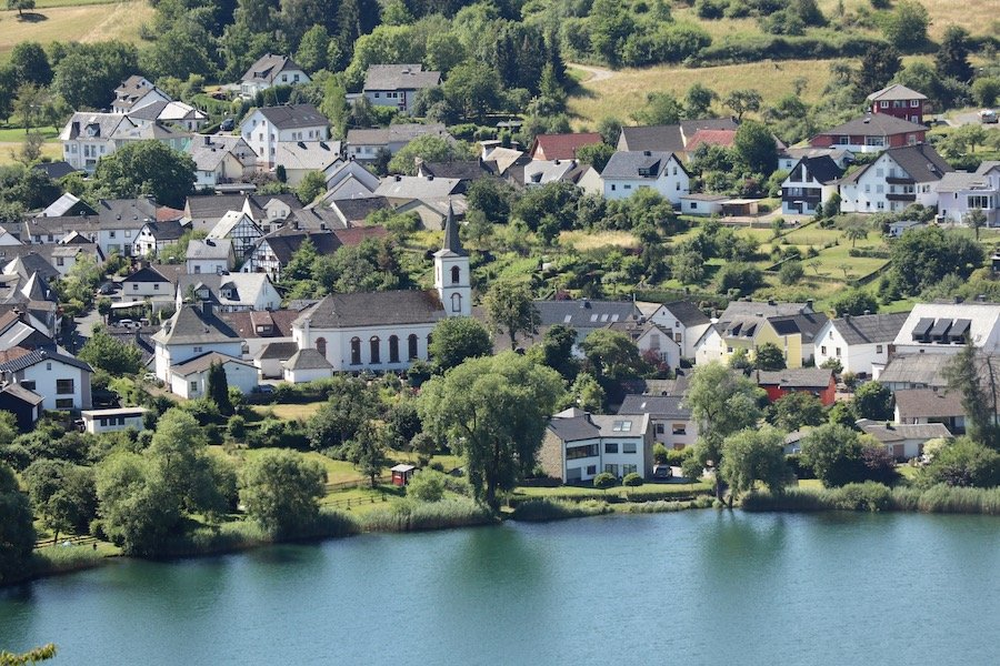 Eifel mit Kindern Urlaub Vulkaneifel Schalkenmehrener Maar Ort