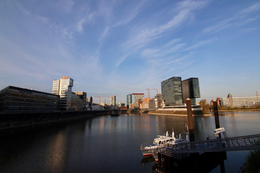 Düsseldorf mit Kindern Reise-Guide mit einheimischen Tipps und wichtigsten Sehenswürdigkeiten Bootsfahrt